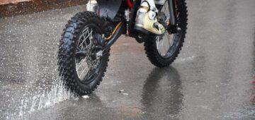 Rouler sous la pluie à moto : combinaison pluie moto et équipements…