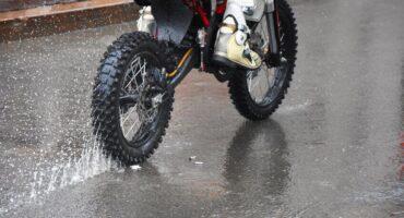 NetVox Assurances : Rouler sous la pluie à moto : combinaison pluie moto et équipements...